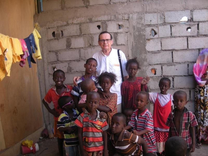 Gibuti, Padre Giuliani  con bambini di un villaggio, 2013